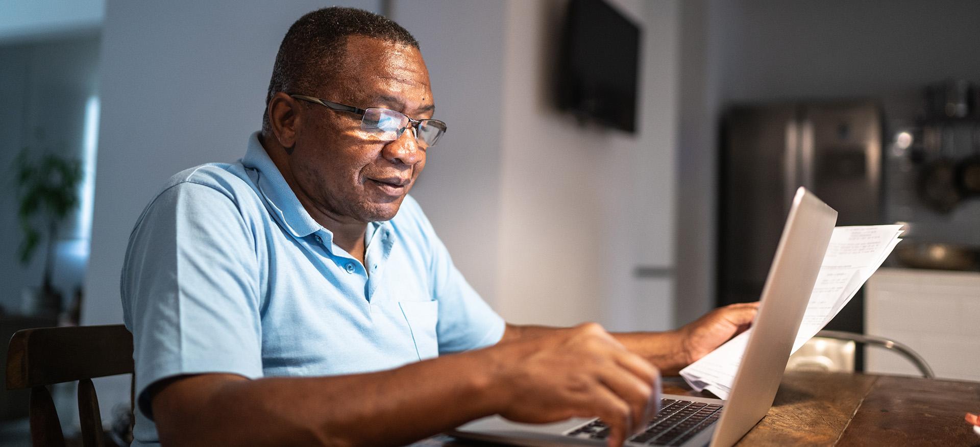 Man vult belastingaangifte online in